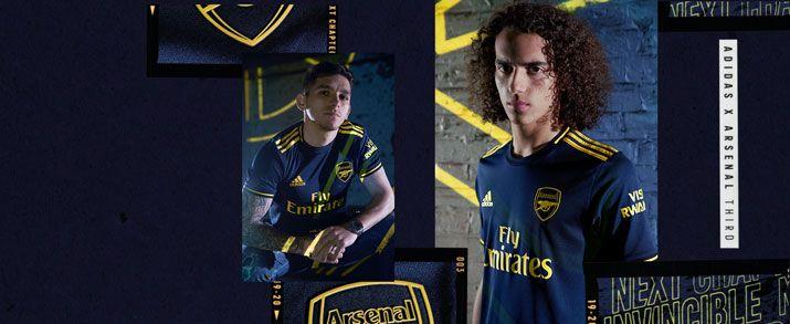 Camiseta de la tercera equipación 2020 Arsenal, diseño sobrio en color azul marino que se combina con detalles en amarillo en las bandas y logo de adidas.