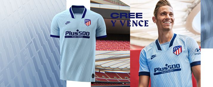Camiseta de la tercera equipación 2020, diseño retro en color azul celeste con detalles en color azul marino en las mangas y cuello. Con 7 estrellas en la zona del cuello y unos gráficos por toda la camiseta en los que podemos leer la palabra ATLETI.