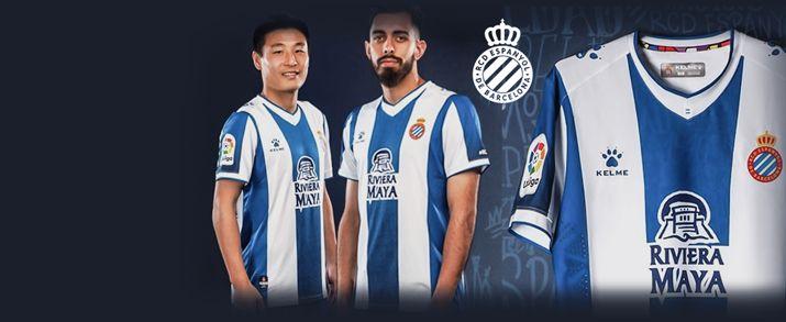 Camiseta de la primera equipación infantil 2020, diseño en franjas verticales de color blancas y azules. Cuello en forma de pico inspirado en el de la equipación que se usó en el primer título perico.
