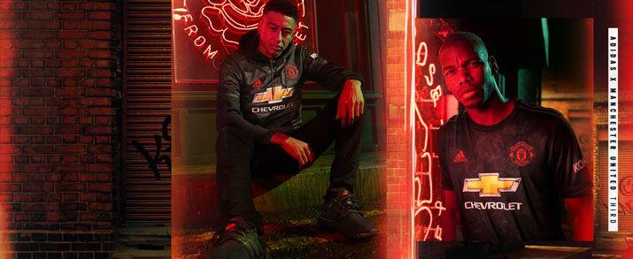 Camiseta de la tercera equipación infantil 2020 Manchester United, diseño en color negro, con gráficos de rosas en color gris.