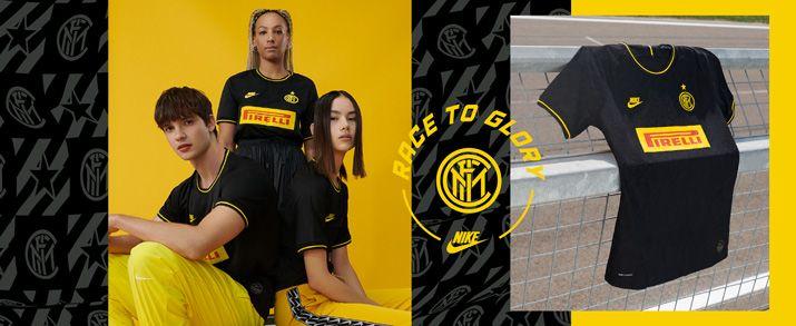 Camiseta de la tercera equipación 2020 Inter de Milan, camiseta en color negro con pequeños detalles en color amarillo, inspirado en el principal patrocinador del club, Pirelli. Swoosh de Nike sportswear y escudo del Inter de Milán bordados.