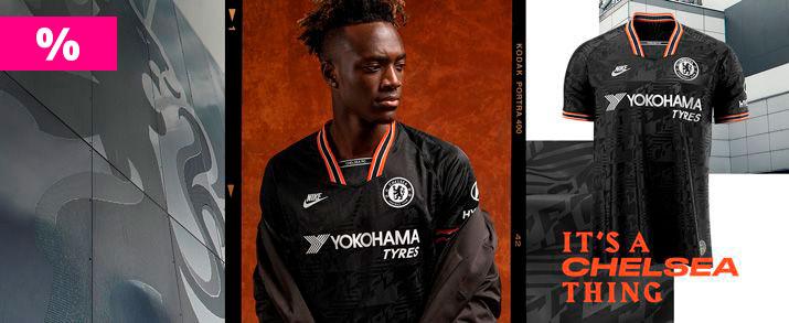 Rebajas camiseta de la tercera equipación infantil 2020 Chelsea, color negro con unos gráficos inspirados en los años 90. Observamos detalles en color blanco y naranja en la zona de las mangas y cuello. Swoosh de Nike sportswear y escudo del Chelsea borda
