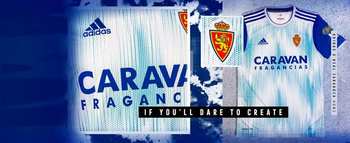 Camiseta primera equipación 2020 Real Zaragoza, diseño en el que vemos el color blanco como principal y azul en las mangas.