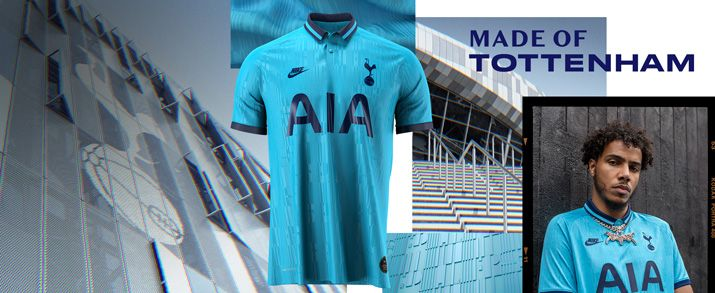 Camiseta tercera equipación 2020 Tottenham, camiseta en color azul celeste con detalles en azul marino con unos gráfico en los cuales podemos leer la palabra Spurs. Cuello tipo polo con cierre de botones. Swoosh de Nike sportswear y escudo del Tottenham b