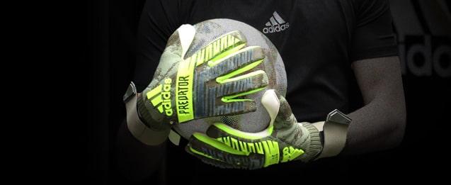Unos guantes de portero adidas Predator color verde y gris militar