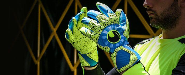 Unos guantes de portero Uhlsport azules y amarillo figuran entre los guantes uhslport de portero