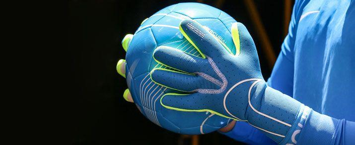 Unos guantes de portero Nike, diseño en color azul celeste con pequeños detalles en color amarillo flúor