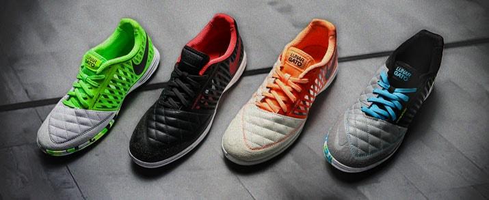 Todas las Nike Lunar Gato II fútbol sala están aquí, en futbolmania. Aparecen tres zapatillas de color  naranja y blanco, otro en color griz y negro con netalles en fluor y otras en negro y rojo, remake de las Lunar Gato II del año 2013. Incorpora el nomb
