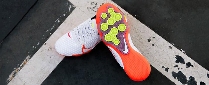 Zapatillas fútbol sala nike React Gato color blancas con detalles rojos y verdes fluor