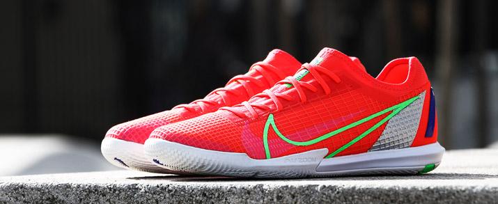 Encuentra las botas de fútbol sala Nike Crew Pack en rojo y blanco